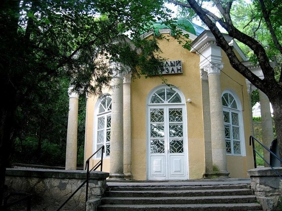 Мемориальный комплекс с арками и колонной Болохово памятники под заказ Балтийск